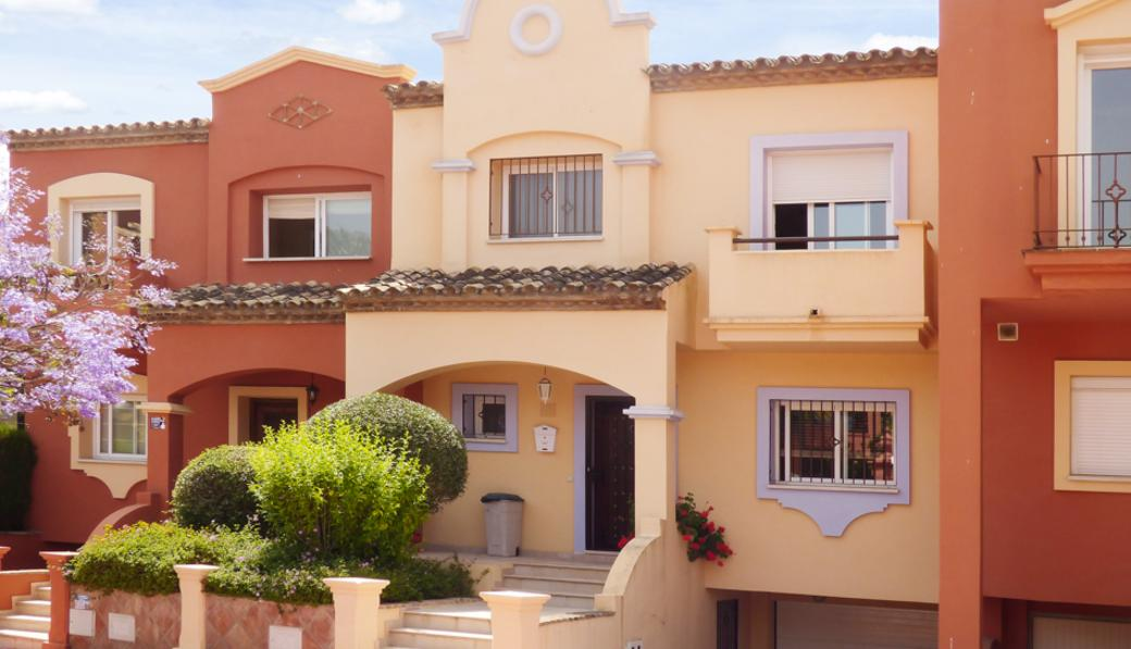 Alzambra Semi Detached Villa on Corner Plot 950.000€