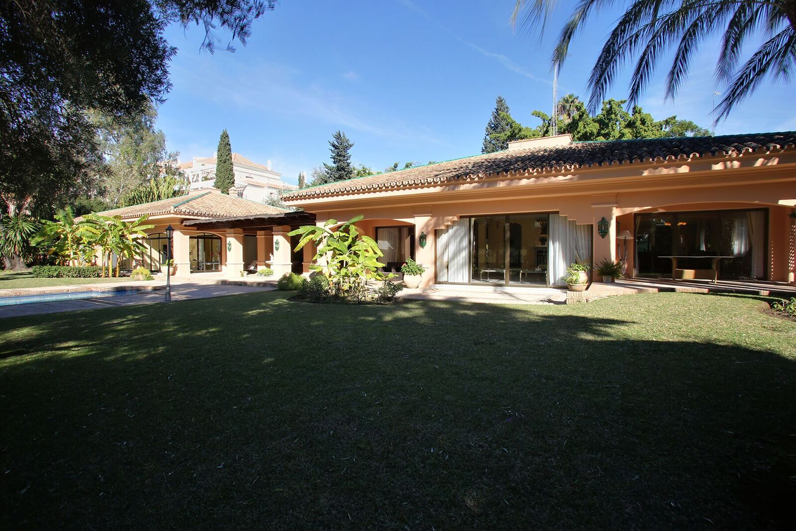 Large Ranch Style Villa Set in Lush Gardens and located First Line Golf Las Brisas 3.000.000€