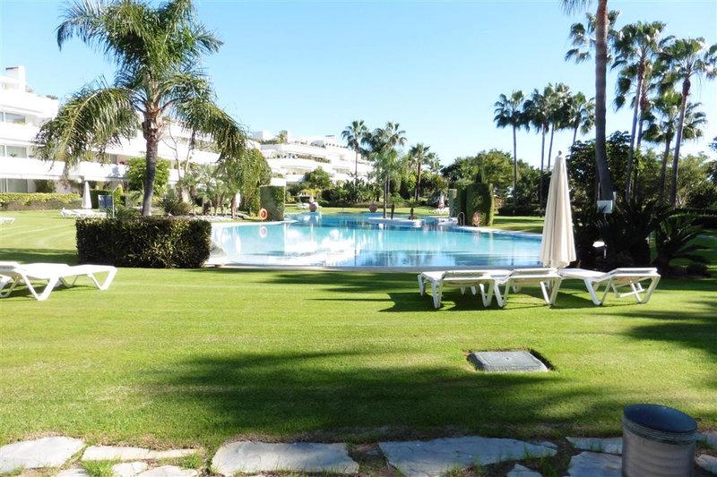 LUXURY 4 BEDROOM  APARTMENT IN LOS GRANADOS GOLF, LAS BRISAS 1.190.000€