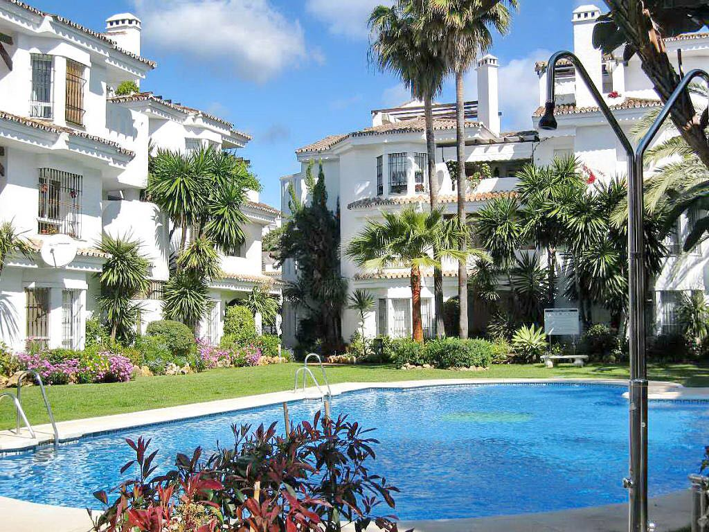 TOWNHOUSE IN LOS NARANJOS DE MARBELLA FOR RENT 1600€ FOR SALE 390.000€